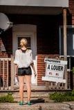 Jeune femme se tenant devant son nouvel appartement Photo libre de droits