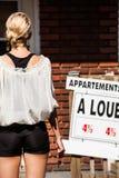 Jeune femme se tenant devant son nouvel appartement Image libre de droits