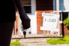 Jeune femme se tenant devant son nouvel appartement Photographie stock libre de droits