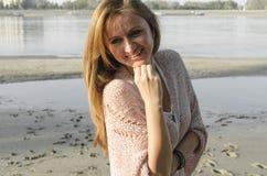Jeune femme se tenant près de la rivière images stock