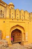Jeune femme se tenant prêt la porte en Amber Fort près de Jaipur, rajah Images stock