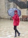 Jeune femme se tenant sous la pluie Photo libre de droits