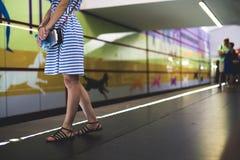 Jeune femme se tenant sur la station de métro et attendant le train photo stock
