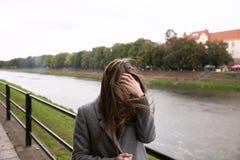 Jeune femme se tenant sur le quai Photos libres de droits