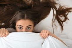 Jeune femme se trouvant sous la couverture, vue supérieure images libres de droits