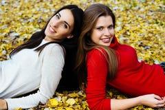 Jeune femme se trouvant sur des feuilles Photo stock