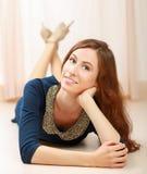 Jeune femme se trouvant sur l'étage Photographie stock libre de droits