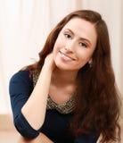 jeune femme se trouvant sur le bâti Image libre de droits