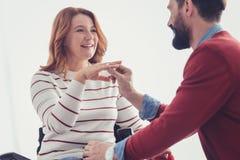 Jeune femme semblant heureuse tout en obtenant une proposition de son ami romantique Photos stock