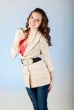 Jeune femme sensuelle avec de beaux longs poils bruns Photo stock