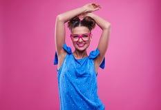 Jeune femme sensuelle avec des frais généraux jointifs de mains Photos libres de droits