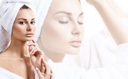 Jeune femme sensuelle avec la serviette de bain sur la tête Photographie stock libre de droits