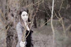 Jeune femme sensuelle en harmonie en bois avec la nature Image libre de droits