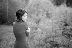 Jeune femme sensuelle en harmonie en bois avec la nature Photographie stock libre de droits