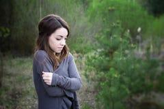 Jeune femme sensuelle en harmonie en bois avec la nature Photos stock