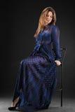 Jeune femme sensuelle et de beauté dans une robe à la mode image stock