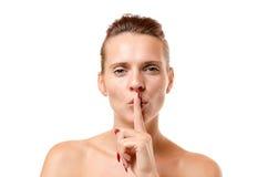 Jeune femme sensuelle faisant un geste de silence Images stock