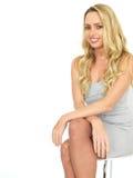 Jeune femme sensuelle heureuse d'affaires portant Mini Dress Photographie stock