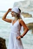 Jeune femme sensuelle sur la plage en été photos stock