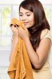 Jeune femme sentant la blanchisserie fraîche propre images stock