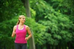 Jeune femme seul courant en parc Photographie stock libre de droits