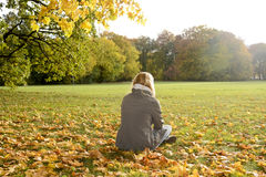 Jeune femme seule Photographie stock libre de droits