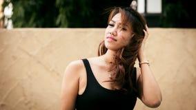 Jeune femme sexy asiatique se tenant dans la robe noire Photos libres de droits