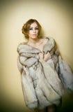 Jeune femme sexy attirante utilisant un manteau de fourrure posant provocateur d'intérieur Portrait de femelle sensuelle avec la  Photos libres de droits