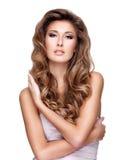 Jeune femme sexy avec de beaux longs cheveux onduleux et maquillage Photos libres de droits