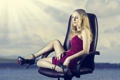 Jeune femme sexy avec de longues pattes minces Image libre de droits
