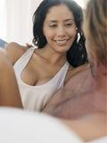 Jeune femme sexy avec l'homme dans le lit Photographie stock