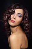 Jeune femme sexy avec le cheveu bouclé Photos stock