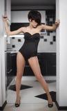 Jeune femme sexy avec le cheveu court dans la pose de corset Photographie stock libre de droits