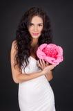 Jeune femme sexy avec le rouge à lievres rose photos libres de droits