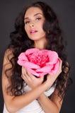 Jeune femme sexy avec le rouge à lievres rose photo libre de droits