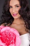 Jeune femme sexy avec le rouge à lievres rose images libres de droits
