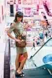 Jeune femme sexy avec le sac à main fait main de luxe de cuir de peau de serpent Sac à main à la mode de serpent de python Dehors Photographie stock libre de droits