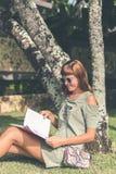 Jeune femme sexy avec le sac à main fait main de luxe de cuir de peau de serpent Sac à main à la mode de serpent de python Dehors Images stock