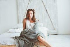 Jeune femme sexy détendant à la maison dans le lit dans le matin confortable de week-end d'hiver image libre de droits