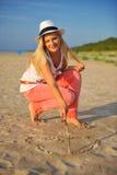Jeune femme sexy d'été détendant sur la plage Photos libres de droits