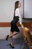 jeune femme sexy d'affaires dans le bureau en glaces Image libre de droits