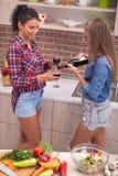 Jeune femme sexy dans la cuisine moderne, vin potable Photos libres de droits