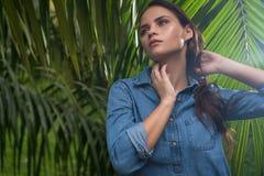 Jeune femme sexy dans la jungle pendant le jour ensoleillé image libre de droits