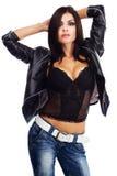 Jeune femme sexy dans la jupe en cuir photographie stock libre de droits