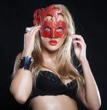 Jeune femme sexy dans la lingerie noire Images stock