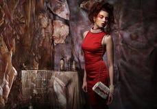 Jeune femme sexy de brune de beauté dans la robe rouge Images libres de droits