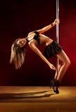 Jeune femme sexy de danse de pôle image stock