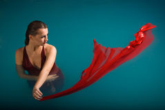 Jeune femme sexy flottant sur la piscine Photos libres de droits
