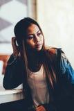 Jeune femme sexy magnifique dans des blues-jean Photographie stock libre de droits