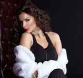 Jeune femme sexy posant dans le manteau de fourrure Photos stock